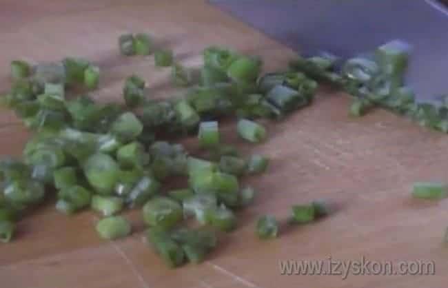 Свежий зеленый лук мелко нарезаем.