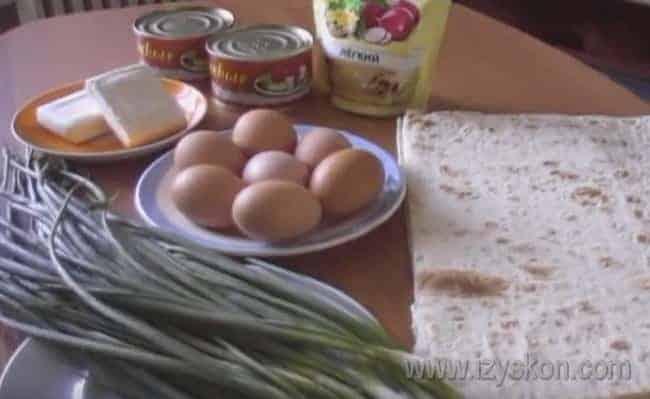 Подготовьте все продукты: отварите яйца, и плавленные сырки освободите от фольги и отправьте в морозилку.