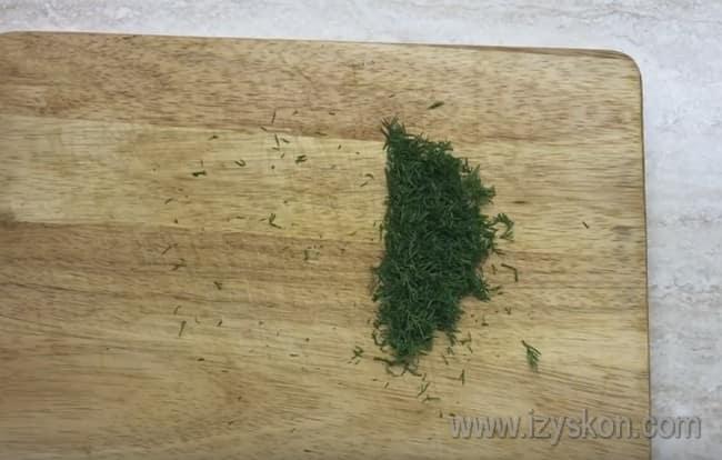 Свежий укроп надо мелко порезать.